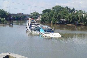 Chìm ghe chở rác trên sông Lòng Tàu, 2 người may mắn được cứu sống