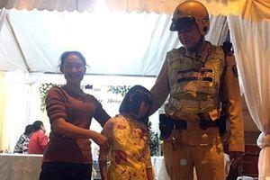 Sau 5 tiếng đi lạc, bé 10 tuổi được CSGT giúp về với gia đình