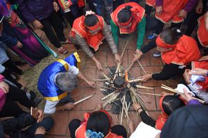 Lễ hội thổi cơm làng Thị Cấm tưng bừng dưới mưa xuân