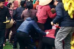 Người dân tranh nhau xô đổ cây đào để 'cướp' lì xì trong lễ khai xuân