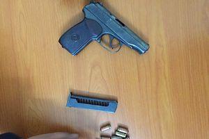 Kẻ tàng trữ ma túy dùng súng chống trả công an