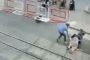 Bộ trưởng GTVT khen ngợi 2 nữ công nhân gác chắn cứu cụ bà thoát chết