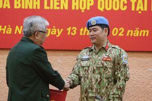 Trao quyết định của Chủ tịch nước cho sĩ quan đi gìn giữ hòa bình