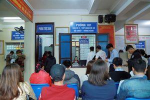 Nghệ An: Nườm nượp người xếp hàng làm hộ chiếu, CMND sau tết