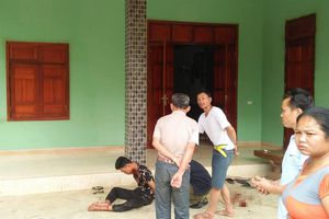 Chồng bị thương ôm thi thể vợ nằm trên vũng máu trong căn nhà khóa trái