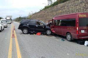 Xe khách va chạm xe 7 chỗ trên cao tốc Nội Bài - Lào Cai, 9 người bị thương