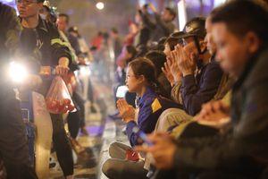 Dòng người đứng tràn đường, dâng sao giải hạn đầu năm ở chùa Phúc Khánh
