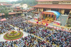 Hàng nghìn du khách, Phật tử 'trẩy hội xuân' đầu năm Chùa Ba Vàng 2019