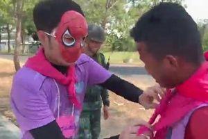 Clip: Xuân Trường bất ngờ hóa thân thành người nhện khiến fan cười nghiêng ngả