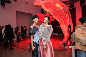 Màn đọ sắc 'không tưởng' giữa 2 Hoa hậu đẹp nhất thế giới H'Hen Niê và Miss Universe 2018 - Catriona Gray