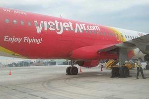 Máy bay Vietjet bị bục lốp sau khi hạ cánh xuống sân bay Tân Sơn Nhất
