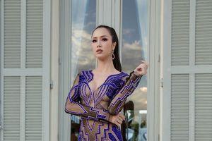 Diện đầm trong suốt khoe 90% cơ thể, danh ca Unbreak My Heart đụng độ mỹ nhân Việt