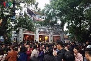 Hàng ngàn người chen chúc đi lễ phủ Tây Hồ