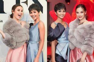 Hoa hậu Hoàn vũ Catriona Gray ôm chặt H'Hen Niê, nói 'xin chào Việt Nam' cực đáng yêu