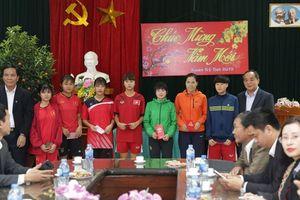 Chủ tịch Liên đoàn bóng đá Việt Nam Lê Khánh Hải tặng quà cho Đội tuyển bóng đá nữ Thái Nguyên