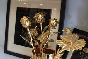 Valentine trùng ngày Thần Tài, hoa hồng mạ vàng tiền triệu 'cháy hàng'