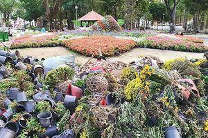 Công viên Tao Đàn sau Tết xập xệ và bốc mùi hôi hám