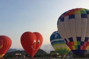 Hàng nghìn người đổ về Lễ hội khinh khí cầu ở Mộc Châu