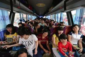 Xe khách 45 chỗ nhồi nhét gần 70 người, dân mạng chỉ biết than trời!