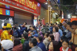 Dân Hà Nội xếp hàng từ 1h sáng mua vàng ngày vía Thần tài