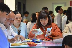 Dân công sở TP HCM đội nắng, bỏ cả cơm trưa để mua chỉ vàng cầu may