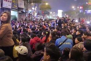 Clip: Tắc đường, đóng cửa chùa khi người Hà Nội cúng giải hạn quá đông