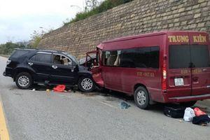 Lào Cai: Hai xe ô tô đâm trực diện trên cao tốc, 9 người bị thương nặng