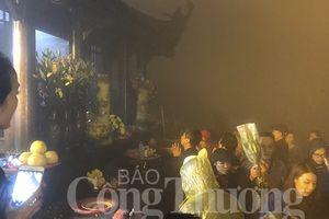 Hàng trăm du khách 'đội sương' lên đỉnh Yên Tử trước ngày khai hội