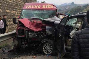 Tin mới vụ xe ô tô 7 chỗ đâm xe khách nát đầu trên cao tốc