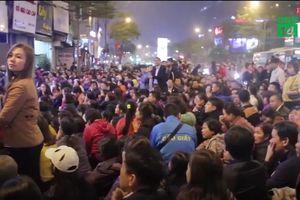 Tắc đường, đóng cửa chùa khi người Hà Nội cúng giải hạn quá đông