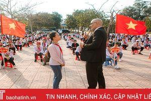 Thầy giáo người Mỹ tiếp lửa tiếng Anh cho hàng ngàn học sinh Hà Tĩnh