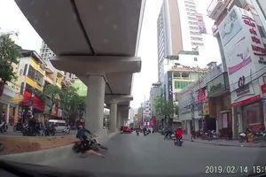 Clip qua đường thiếu quan sát, người phụ nữ bế em bé bị xe máy tông lộn nhào