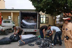 CSGT phát hiện gần 2 tấn vải không rõ nguồn gốc