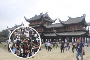 Vạn người nườm nượp đến quần thể chùa Tam Chúc dù còn ngổn ngang