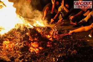 Kỳ lạ làng đốt 100kg vàng mã để rước lửa về nhà cầu đỏ đầu năm