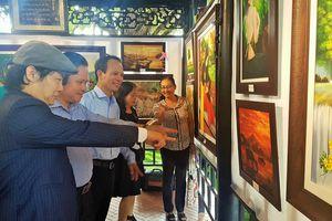 Cuộc triển lãm tranh đầy xúc động của chàng trai khiếm thính