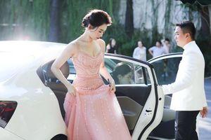 Mặc váy giống Hari Won, Hòa Minzy gây bất ngờ vì khác lạ vô cùng