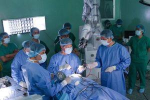 Lần đầu tiên tại châu Á, Bệnh viện 115 dùng robot phẫu thuật thành công u não