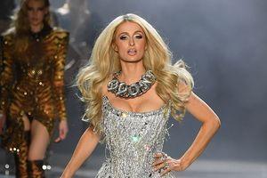 Paris Hilton diện bodysuit, tự tin sải bước trên sàn catwalk