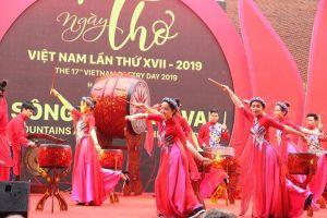 Hàng trăm người đội mưa đến với Ngày thơ Việt Nam 2019