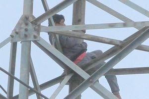 Người đàn ông 'ngáo đá' cố thủ 36 giờ ở độ cao 40 m trên cột điện cao thế