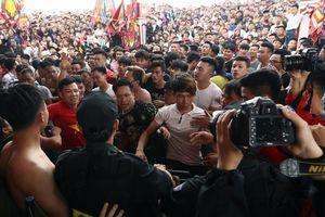 Hàng trăm thanh niên bao vây BCT lễ hội, đòi 'cướp' phết lấy may