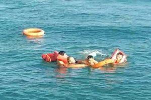 Cứu sống một Việt kiều Mỹ nhảy xuống biển khi tàu đang chạy