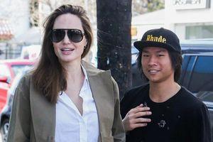 Angelina Jolie ăn mặc giản dị đưa con trai gốc Việt xuống phố mua sắm