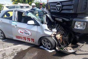 Bị xe tải chạy ngược đường tông, tài xế taxi nhập viện