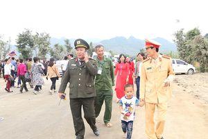 Bé trai 4 tuổi bị lạc tại Lễ khai hội chùa Tam Chúc