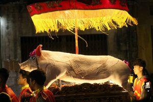 Xuyên đêm lễ rước 17 'ông lợn' ở La Phù