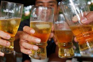 Con trai 13 tuổi ngộ độc cồn vì cha ép uống rượu để tăng đô