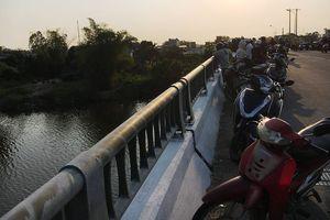 Nam thanh niên bỏ ba lô trên cầu nhảy sông tự tử