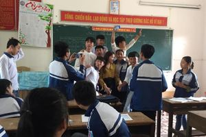 Danh tính cô giáo dạy thế xinh xắn bị học trò giật thước, cả lớp xin chụp ảnh cùng